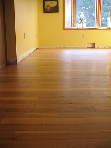Laminate flooring oak laminate flooring home bedroom decor for Type of floors in houses